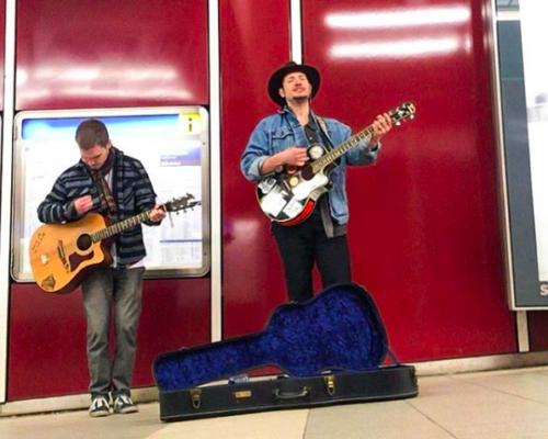 Arsene-Ayz_Ambassador_Gitarre_Männer_U-Bahn