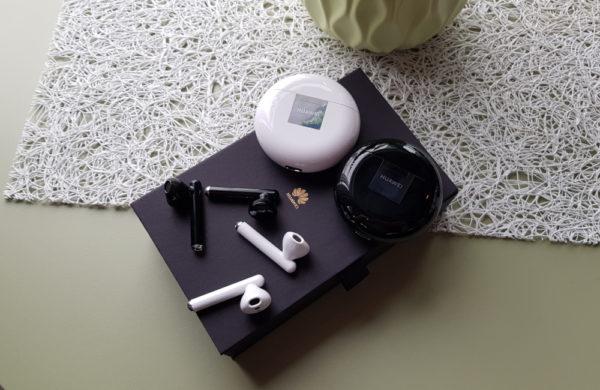Schwarz und Weiß Freebuds von Huawei